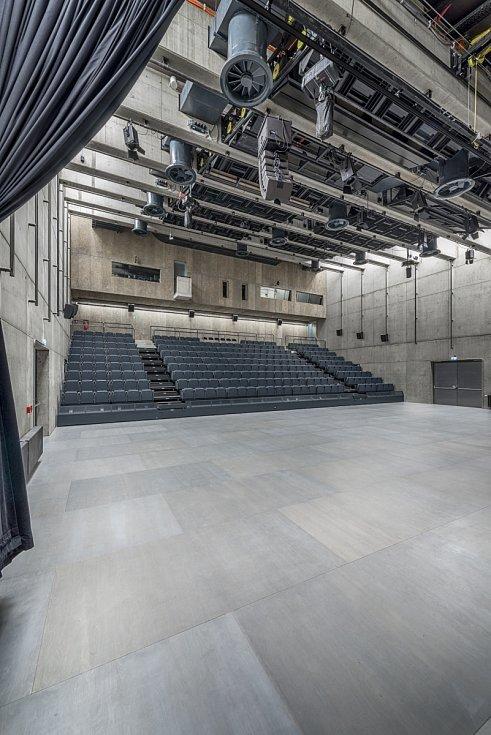 Areál DOX+, interiér hlavního sálu svysouvacím hledištěm a taneční podlahou