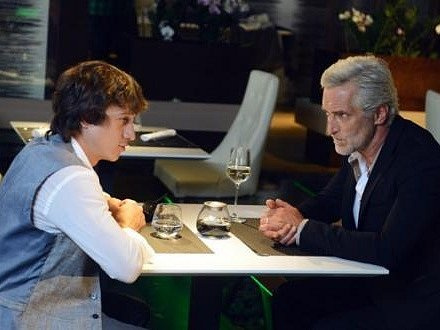 Nezkušený Jakub dostává od věřitelů na frak. Než se ho ujme ostřílený otec jeho kamaráda (Martin Kraus a Tomáš Hanák).