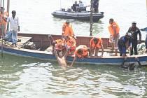 Počet obětí čtvrteční nehody říčního trajektu v Bangladéši vystoupil na 54, dalších nejméně 12 lidí se stále pohřešuje.