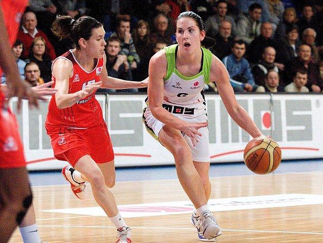 Basketbalistky Brna (v bílé) v zápase Evropské ligy proti Madridu.