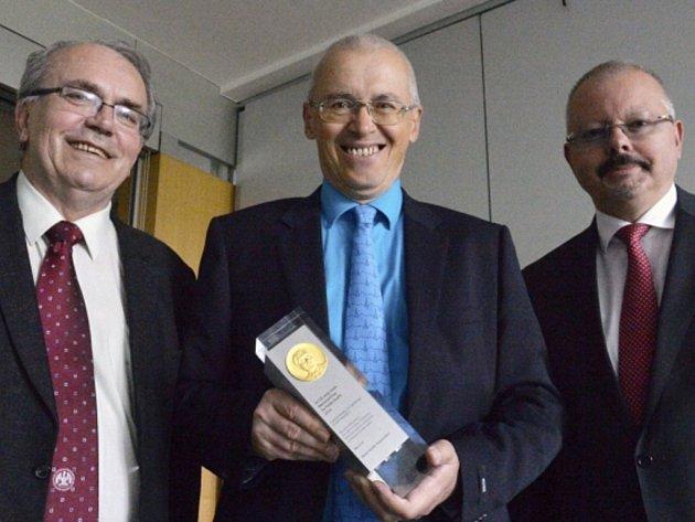 Čeští kardiologové dostali za přínos k léčbě infarktu cenu WHO. Předseda České kardiologické společnosti (ČKS) Petr Widimský (uprostřed), vědecký sekretář ČKS Jaromír Hradec (vlevo) a nastupující předseda ČKS Miloš Táborský (vpravo).