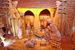 Chrudim (Pardubický kraj)–Betlém Pavla Tapušíka, který vyřezával celý uplynulý rok v kuchyni paneláku, stojí v přízemí Staré radnice na Resselově náměstí v Chrudimi a je k vidění až do 6. ledna.