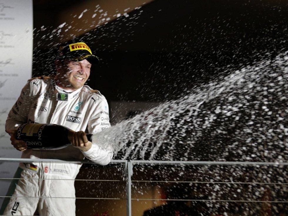 Nico Rosberg oslavuje triumf ve Velké ceně Sigapuru.