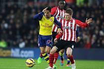Alexis Sánchez z Arsenalu (vlevo) a Steven Davis ze Southamptonu.