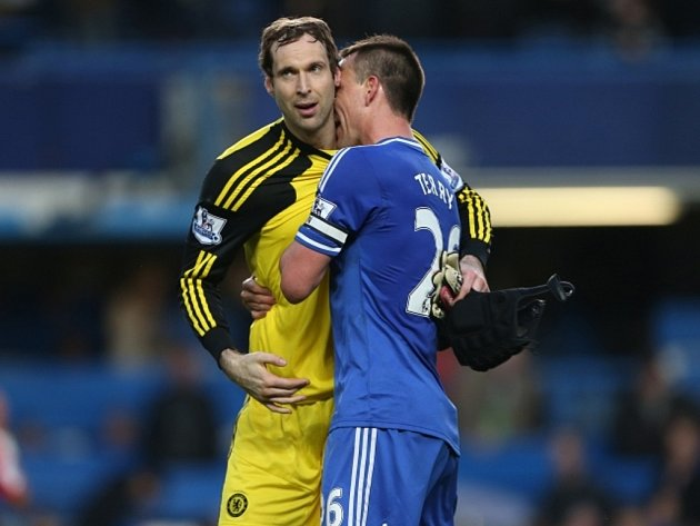 Už žádný kiks. Brankář Chelsea Petr Čech (vlevo) vychytal v odvetě proti Paris St. Germain nulu a pomohl Chelsea do semifinále Ligy mistrů. Děkuje mu John Terry.
