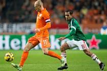 Arjen Robben z Nizozemska (vlevo) proti Mexiku.