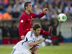 Portugalská hvězda Cristiano Ronaldo (vlevo) proti Izraeli.