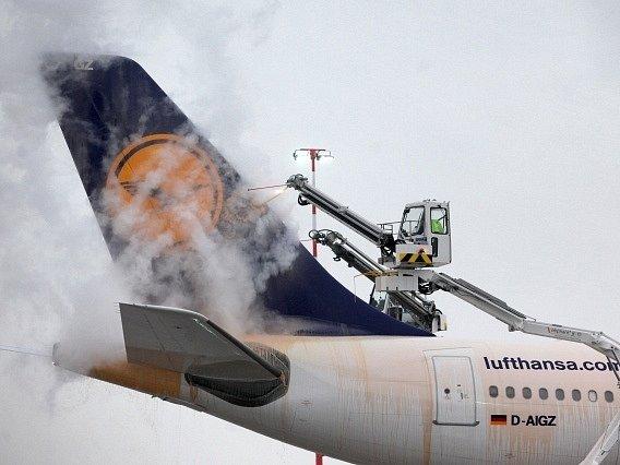 Odmrazování letadla na frankfurtském letišti