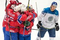 Hokejisté Norska se radují z gólu proti Kazachstánu.
