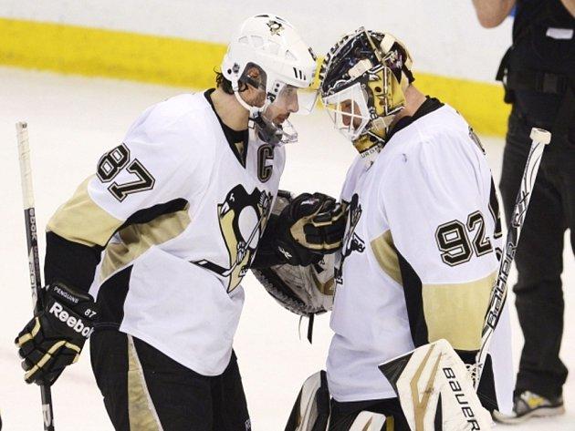 Brankář Pittsburghu Tomáš Vokoun (vpravo) přijímá gratulace od Sidneyho Crosbyho po vychytaném vítězství nad Ottawou.