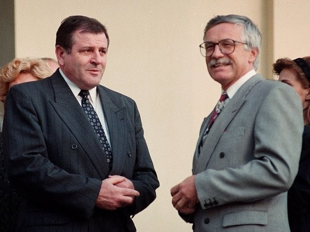 Vladimír Mečiar (vlevo) a Václav Klaus během jednání české a slovenské vlády na zámku v Kolodějích o rozdělení ČSFR.