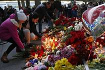 Lidé pokládají květiny u vchodu do petrohradského letiště. Ilustrační foto.