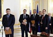 Na snímku (zleva) jsou předseda strany Směr-SD a staronový premiér Robert Fico, předseda Slovenské národní strany Andrej Danko, předseda strany Most-Híd Béla Bugár a předseda strany Síť Radoslav Procházka po podpisu smlouvy.