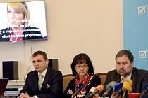 Zleva předseda poslaneckého klubu Věcí veřejných (VV) Vít Bárta, místopředsedkyně strany Dagmar Navrátilová a předseda VV Radek John vystoupili 29. března v Praze na tiskové konferenci.
