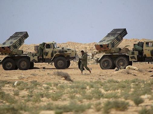 Libyjský vůdce Muammar Kaddáfí ohlásil na čtvrtek rozhodující bitvu o město Misuráta na západě země. Jeho síly jsou údajně už na předměstí hlavní povstalecké bašty Benghází.