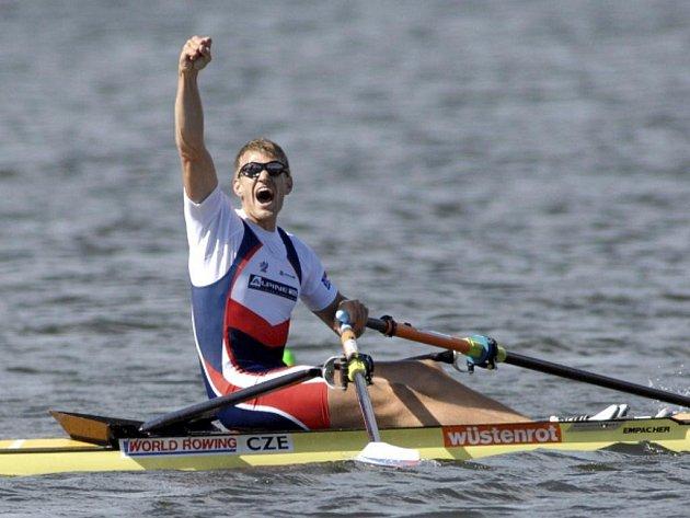 Skifař Ondřej Synek se raduje ze zlata na mistrovství světa na Novém Zélandu.