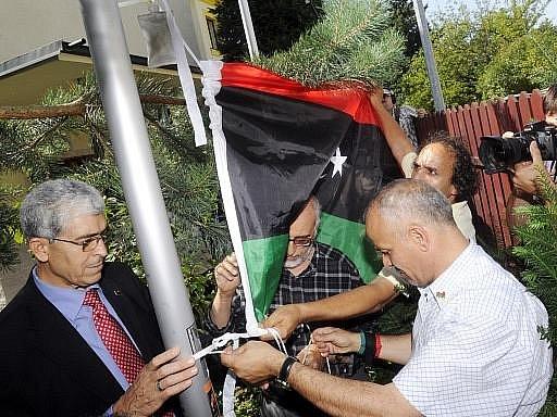 Nad diplomatickým zastoupením Libye v Praze byla v pondělí krátce po poledni vztyčena vlajka povstalců.