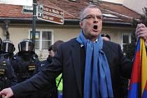 Miroslav Kalousek při demonstraci během návštěvy čínského prezidenta v Česku v březnu 2016. Sešel se s demonstranty během pochodu na Hradčany. Jednal také s policisty, kteří bránili průvodu v cestě na Hrad.