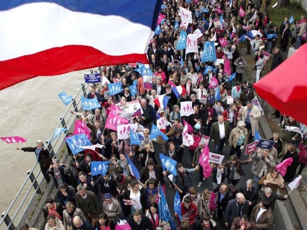 V Paříži demonstrovaly desetitisíce odpůrci sňatků gayů.