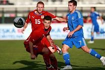 Talentovaný Lukáš Vácha (uprostřed) kontroluje míč před Koutsianikoulisem (vpravo).