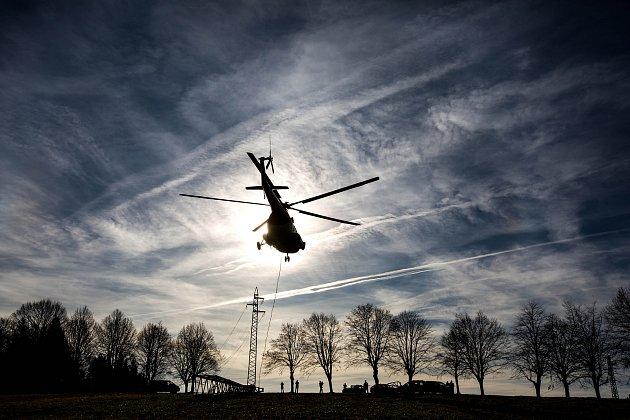 Energetici za pomoci vrtulníku stavěli 23. listopadu u Žacléře na Trutnovsku stožár vedení vysokého napětí, který v srpnu poničila větrná bouře.