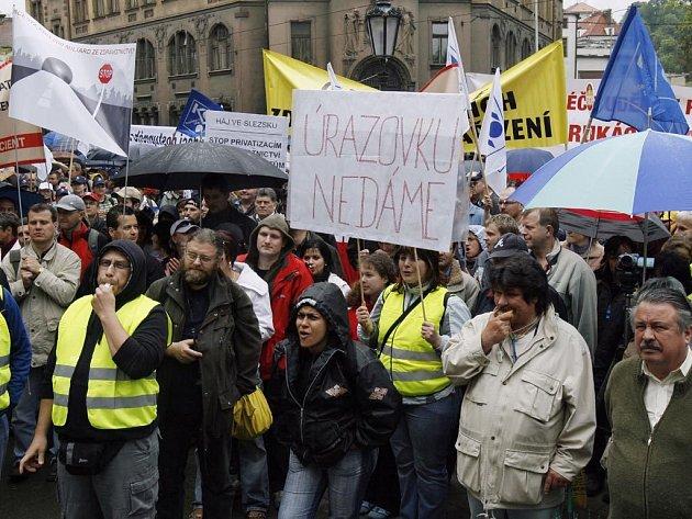 Demonstrace před Úřadem vlády: Odboráři vyjádřili nespokojenost s reformní politikou vlády.