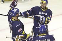 Hvězdy Kladna Tomáš Plekanec (vpravo) a Jiří Tlustý se radují z gólu proti Chomutovu.