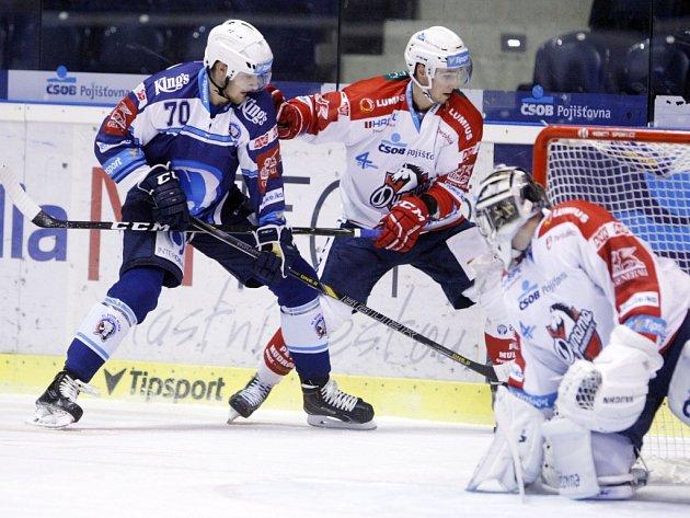 Hokejisté Plzně (v modrém) proti Pardubicím.