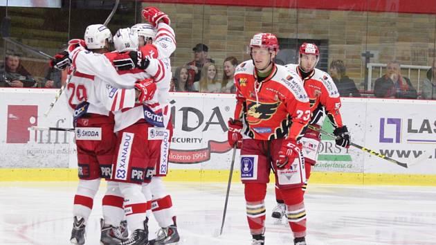 Hokejisté Slavie (v bílém) se radují z gólu proti Prostějovu.