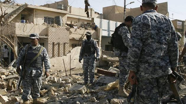 Iráčtí vojáci si prohlížejí následky dalšího sebevražedného atentátu v Bagdádu.