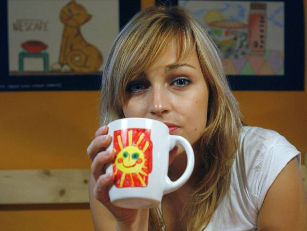 Koupí hrnečku podpoříte děti z dětských domovů. Tváří kampaně je Česká miss 2006 Renata Langmannová.