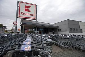Uzavřený supermarket Kaufland na pražském Bohdalci. Ilustrační snímek