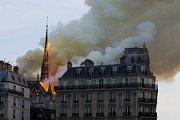 V Paříži hoří katedrála Notre-Dome
