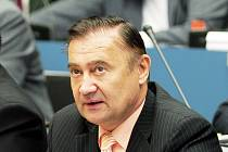 Královéhradecký vicehejtman a senátor Vladimír Dryml (ČSSD) obviněný z intrik proti stranické kolegyni Haně Orgoníkové přišel v pátek do práce na krajský úřad s pistolí. Prý mu někdo vyhrožuje.