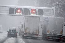 Kamiony na dálnici během hustého sněžení.  Ilustrační foto.