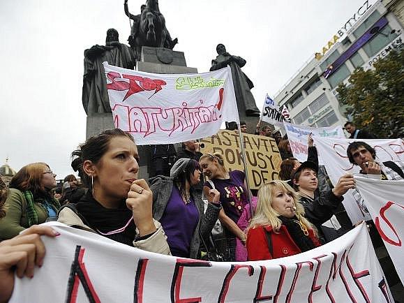 Na Václavském náměstí demonstrovalo 5. října přes 200 lidí proti státním maturitám.