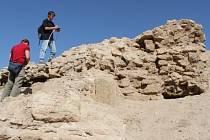 Archeologové ze Západočeské univerzity objevili neznámé zaniklé město v iráckém Kurdistánu. Na snímku členové archeologického týmu Karel Nováček a Hynek Švácha dokumentují cenné pozůstatky středověké architektury.