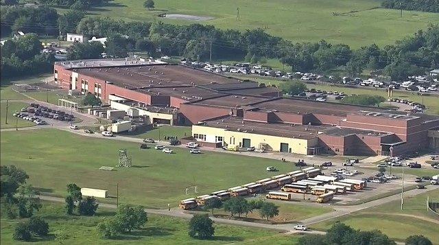V texaské střední škole v Santa Fe se střílí