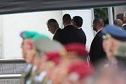 Pietní ceremoniál za zesnulé vojáky na pražském ruzyňském letišti. Prezident Miloš Zeman.