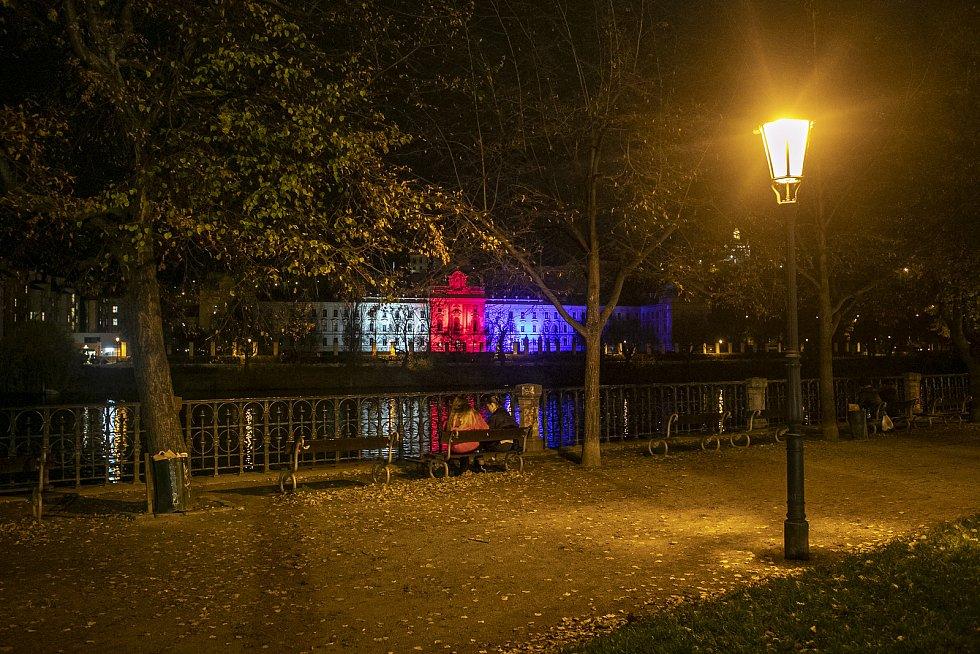 Na 31. výročí Sametová revoluce se rozsvítili budovy v národních barvách, 17. listopadu v Praze. Na snímku Úřad vlády.