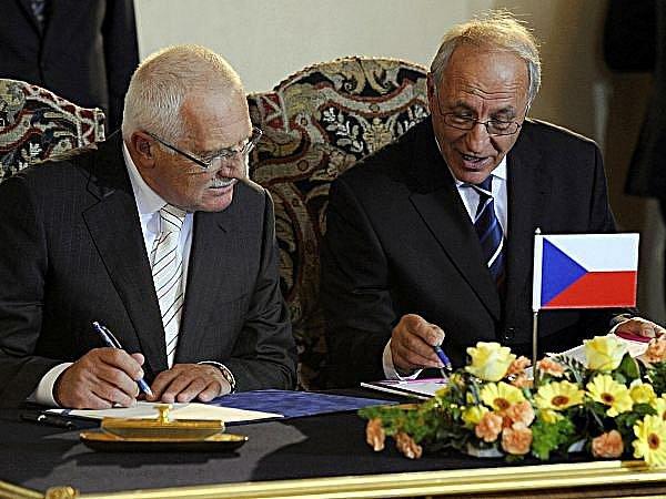 Prezident Václav Klaus (vlevo) a předseda Českého olympijského výboru Milan Jirásek se 11. října v Praze zúčastnili slavnostního podpisu přihlášky České republiky na olympiádu v Londýně.
