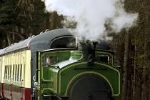 Princ Charles řídí lokomotivu historického vlaku, kterým jezdíval jako malý kluk.