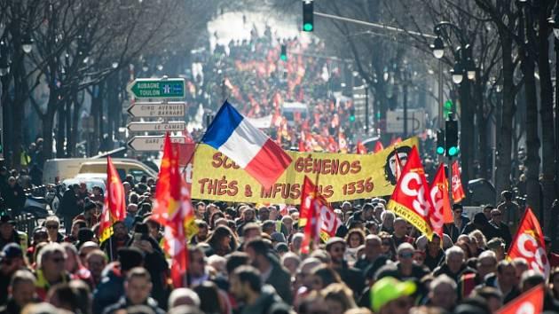 Ve Francii vyšli do ulic odboráři a příznivci takzvaných žlutých vest.