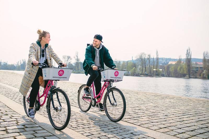 Růžová kola už opět brázdí ulice Kladna.