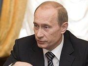 Dmitrij Medveděv si včera potřásl rukou s předsedou Centrální volební komise Vladimirem Čurovem.