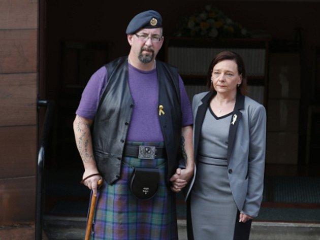 Ve skotském Perthu se dnes konala vzpomínková akce na jednoho z mrtvých. Na snímku Barbara Henningová a Michael Haines.