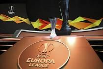 Pohár pro vítěze fotbalové Evropské ligy před losováním základních skupin 30. srpna v Monaku.