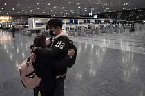 Objímající se pár na letišti Narita nedaleko Tokia