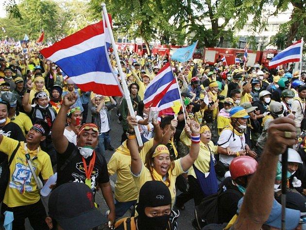 Stovky stoupenců opozičního thajského hnutí Lidová aliance pro demokracii (PAD) včera pronikly na hlavní terminál bangogského mezinárodního letiště Suvarnabhum a obsadili je. To pak muselo z bezpečnostních důvodů zastavit lety.