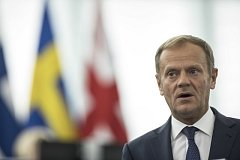 Předseda Evropské rady Donald Tusk je třetím vysokým politikem, se kterým se setká Emmanuel Macron.